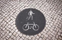 Ποδήλατο και για τους πεζούς οδικό σημάδι παρόδων Στοκ φωτογραφίες με δικαίωμα ελεύθερης χρήσης