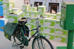 Ποδήλατο και ταχυδρομική θυρίδα ταχυδρομικής υπηρεσίας Στοκ Φωτογραφίες