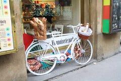 Ποδήλατο κοντά σε ένα αρτοποιείο Στοκ φωτογραφία με δικαίωμα ελεύθερης χρήσης