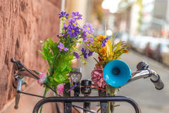 Ποδήλατο με τα λουλούδια και το κέρατο ποδήλατο λεπτομέρειας Στοκ Φωτογραφίες