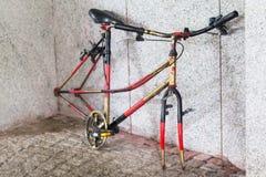 Ποδήλατο με τις κλεμμένες ρόδες Στοκ Φωτογραφία