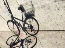 Ποδήλατο με το αστικό υγιές υπόβαθρο τρόπου ζωής καλαθιών Στοκ εικόνες με δικαίωμα ελεύθερης χρήσης
