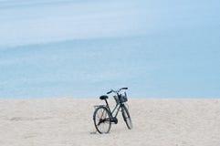 Ποδήλατο με το καλάθι που σταθμεύουν στην αμμώδη παραλία Στοκ φωτογραφία με δικαίωμα ελεύθερης χρήσης