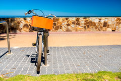 Ποδήλατο με το καλάθι που σταθμεύουν στην παραλία Στοκ φωτογραφίες με δικαίωμα ελεύθερης χρήσης