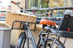 Ποδήλατο με το ψάθινο καλάθι Στοκ εικόνες με δικαίωμα ελεύθερης χρήσης