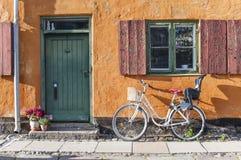 Ποδήλατο μπροστά από τα σπίτια Nyboder Στοκ Φωτογραφία