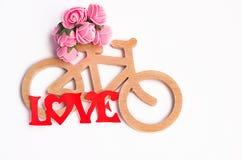 Ποδήλατο παιχνιδιών φιαγμένο από λεπτά χέρια Στοκ φωτογραφία με δικαίωμα ελεύθερης χρήσης