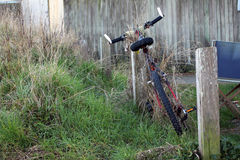 Ποδήλατο που εγκαταλείπεται Στοκ Φωτογραφίες
