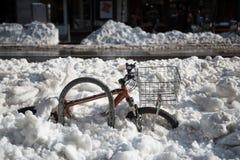 Ποδήλατο που θάβεται στο βαθύ χιόνι μετά από τη χιονοθύελλα στοκ φωτογραφίες