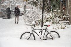 Ποδήλατο που καλύπτεται με το φρέσκο χιόνι στο Μόντρεαλ στοκ εικόνες