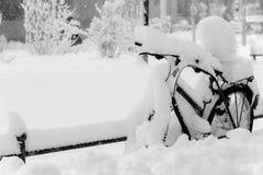Ποδήλατο που καλύπτεται στο χιόνι beautifil Στοκ Εικόνες