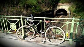 Ποδήλατο που κλίνει ενάντια στο φράκτη μετάλλων στη Βιέννη Στοκ φωτογραφία με δικαίωμα ελεύθερης χρήσης