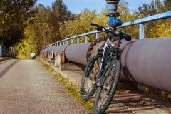 Ποδήλατο που κλίνει σε έναν σωλήνα Στοκ εικόνες με δικαίωμα ελεύθερης χρήσης