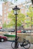 Ποδήλατο που σταθμεύουν κατά μήκος του καναλιού με τις βάρκες, σπίτια Στοκ φωτογραφίες με δικαίωμα ελεύθερης χρήσης