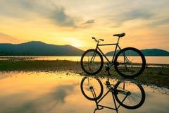 Ποδήλατο που σταθμεύουν κοντά σε μια λίμνη Στοκ Εικόνες