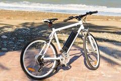 Ποδήλατο που σταθμεύουν στην άμμο παραλιών Στοκ Εικόνες