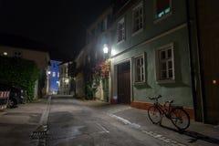 Ποδήλατο στην ευρωπαϊκή οδό πόλεων νύχτας Στοκ Φωτογραφίες