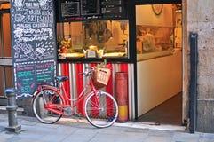 Ποδήλατο στην οδό της παλαιάς πόλης της Βαρκελώνης Στοκ φωτογραφία με δικαίωμα ελεύθερης χρήσης
