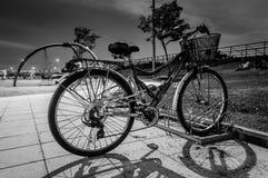 Ποδήλατο στο πάρκο τη νύχτα Στοκ φωτογραφία με δικαίωμα ελεύθερης χρήσης