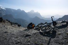 Ποδήλατο στο πέρασμα βουνών στοκ εικόνα