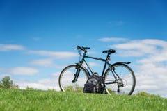 Ποδήλατο στο πράσινο λιβάδι Στοκ Εικόνες