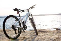 Ποδήλατο στο τοπίο φύσης Ένα ποδήλατο υπερασπίζεται μόνο τη λίμνη Στοκ Φωτογραφία