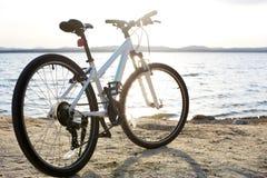 Ποδήλατο στο τοπίο φύσης Στοκ Εικόνες