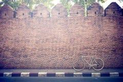 Ποδήλατο στο τουβλότοιχο Στοκ Εικόνα