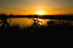 Ποδήλατο στο υπόβαθρο ηλιοβασιλέματος Στοκ εικόνες με δικαίωμα ελεύθερης χρήσης