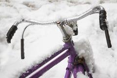 Ποδήλατο στο χιόνι Στοκ εικόνα με δικαίωμα ελεύθερης χρήσης