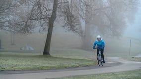 Ποδήλατο το ομιχλώδες πρωί στοκ φωτογραφία με δικαίωμα ελεύθερης χρήσης