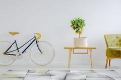 Ποδήλατο, τραπεζάκι σαλονιού και πολυθρόνα Στοκ φωτογραφίες με δικαίωμα ελεύθερης χρήσης