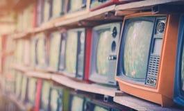 Πολλή ζωηρόχρωμη παλαιά τηλεόραση διακοσμεί στον τρύγο καφετεριών Στοκ Εικόνες