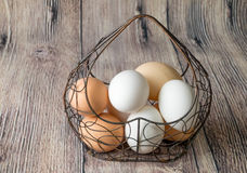 Πολλή δομή μετάλλων αυγών κοτόπουλου με μορφή μιας καρδιάς που βρίσκεται σε έναν ξύλινο πίνακα στοκ εικόνες με δικαίωμα ελεύθερης χρήσης