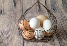 Πολλή δομή μετάλλων αυγών κοτόπουλου με μορφή μιας καρδιάς που βρίσκεται σε έναν ξύλινο πίνακα στοκ εικόνα με δικαίωμα ελεύθερης χρήσης