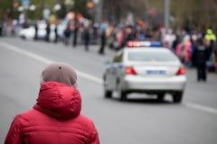Πολίτης και ένα περιπολικό της Αστυνομίας στοκ εικόνες με δικαίωμα ελεύθερης χρήσης