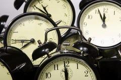 Πολλαπλάσια αναδρομικά ξυπνητήρια στο λευκό Στοκ Εικόνες