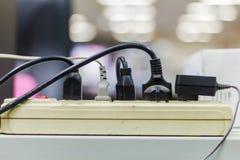 Πολλαπλάσια βουλώματα ηλεκτρικής ενέργειας στον προσαρμοστή Στοκ Φωτογραφίες