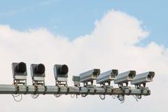 Πολλαπλάσια κάμερα ασφαλείας και νεφελώδης ουρανός Στοκ εικόνα με δικαίωμα ελεύθερης χρήσης