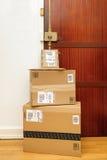 Πολλαπλάσια κιβώτια του Αμαζονίου που αφήνονται στην πόρτα με το logotype που τυπώνεται επάνω Στοκ φωτογραφία με δικαίωμα ελεύθερης χρήσης