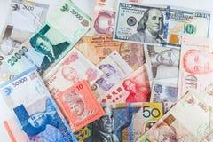 Πολλαπλάσια τραπεζογραμμάτια νομισμάτων ως ζωηρόχρωμο υπόβαθρο Στοκ φωτογραφίες με δικαίωμα ελεύθερης χρήσης