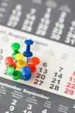 Πολλαπλάσιες καρφίτσες σε ένα ημερολόγιο που προτείνει την πολυάσχολο ημέρα ή το πρόγραμμα Στοκ φωτογραφία με δικαίωμα ελεύθερης χρήσης