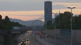 Πολλαπλάσιος αυτοκινητόδρομος παρόδων το βράδυ απόθεμα βίντεο