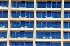 Πολλαπλάσιο σχέδιο παραθύρων στο ξενοδοχείο Στοκ φωτογραφίες με δικαίωμα ελεύθερης χρήσης