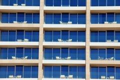 Πολλαπλάσιο σχέδιο παραθύρων στο ξενοδοχείο Στοκ φωτογραφία με δικαίωμα ελεύθερης χρήσης