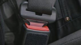 Πολλαπλάσιο montage πυροβολισμών ενός νεαρού άνδρα που χρησιμοποιεί το αυτοκίνητο φιλμ μικρού μήκους