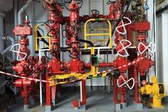 Πολλαπλή έμφραξης και εγκατάσταση γεώτρησης Tong στην εγκατάσταση γεώτρησης διατρήσεων Στοκ φωτογραφία με δικαίωμα ελεύθερης χρήσης