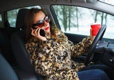 Πολλαπλό καθήκον επιχειρηματιών ενώ οδηγώντας, ο καφές κατανάλωσης και το TA Στοκ εικόνες με δικαίωμα ελεύθερης χρήσης