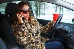 Πολλαπλό καθήκον επιχειρηματιών ενώ οδηγώντας, ο καφές κατανάλωσης και το TA Στοκ φωτογραφίες με δικαίωμα ελεύθερης χρήσης