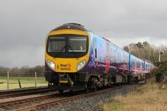 Πολλαπλών ενοτήτων τραίνο diesel σε Arnside σε Cumbria Στοκ Φωτογραφία